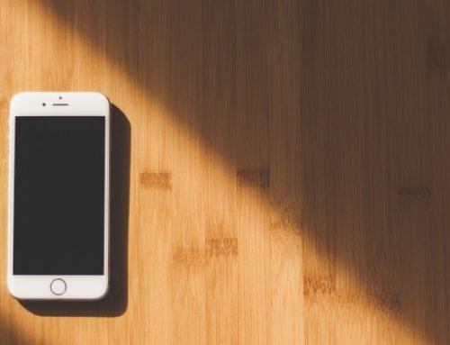 De overeenkomst tussen een zakelijke smartphone en tankpas