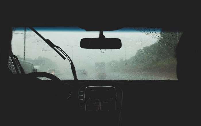 Tien tips om met regen in de auto te rijden